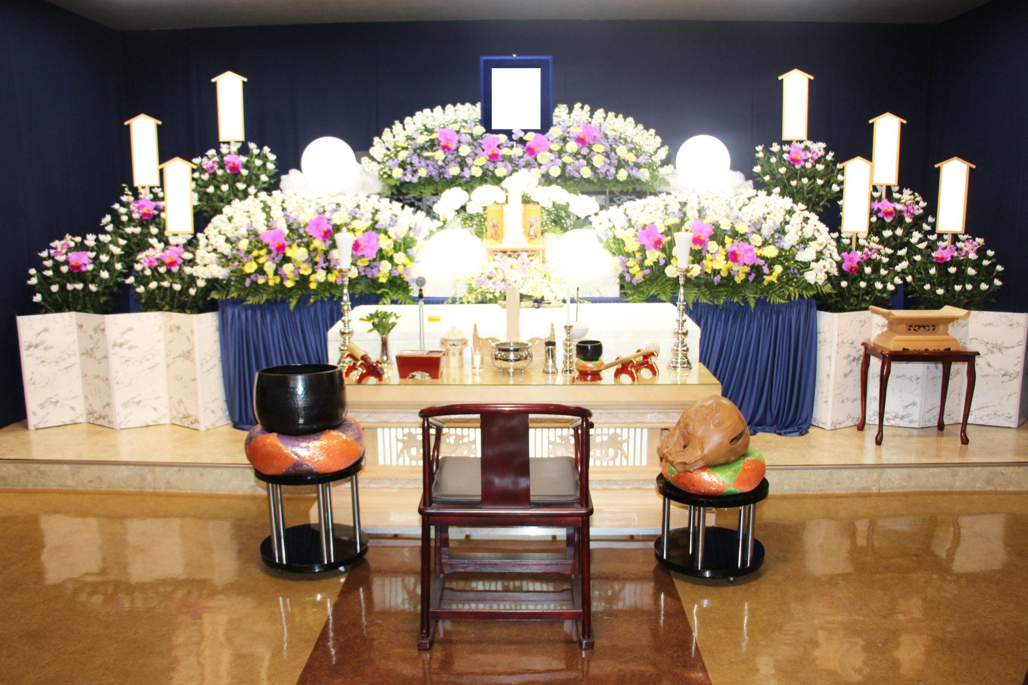 祭壇の前で故人様の思い出話をした家族葬|横浜の葬儀・葬式・家族葬 ...